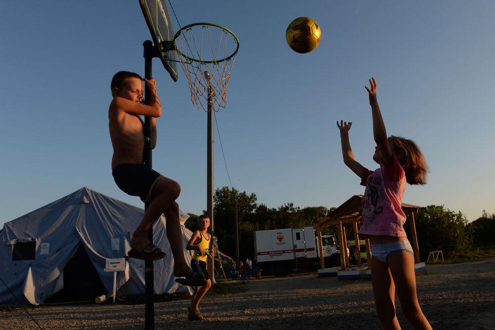 Bambini giocano a basket nel cortile di un campo d'accoglienza in provincia di Rostov.