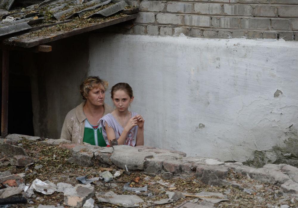 Abitanti di Ilovojsk di fronte all'ingresso in un rifugio antiaereo.