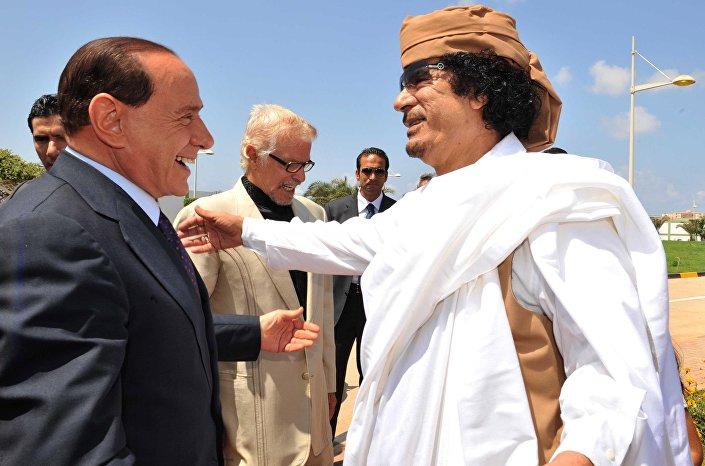 Silvio Berlusconi e il colonnello Gheddafi  a Bengasi in occasione della firma del Trattato di Amicizia