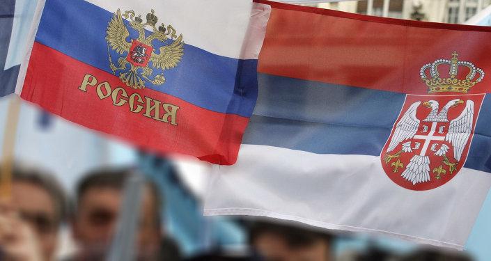 Bandiere di Russia e Serbia
