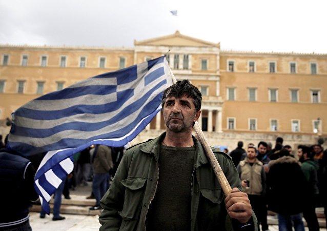 Manifestante di fronte al parlamento greco
