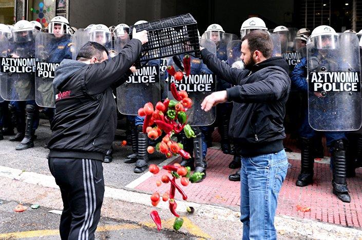 Agricoltori protestano di fronte al Ministero dell'Agricoltura greco durante le proteste contro le riforme delle pensioni ad Atene il 12 febbraio,2016.