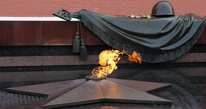 Il fuoco perenne sulla tomba del milite ignoto al Cremlino di Mosca