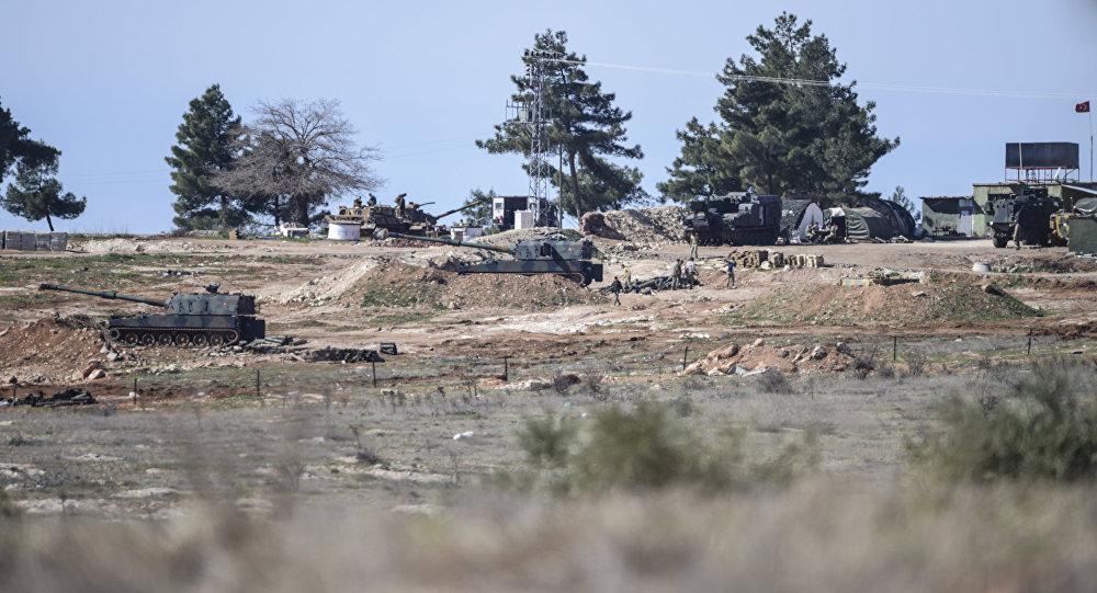 Artiglieria turca al confine siriano