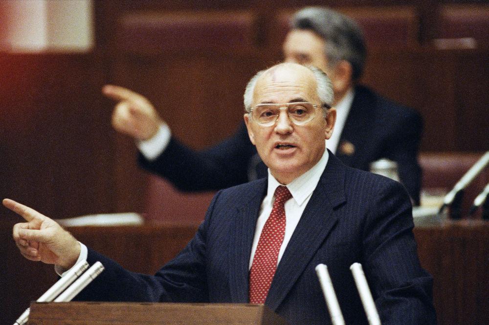 Mikhail Gorbaciov interviene al Soviet Supremo dell'URSS