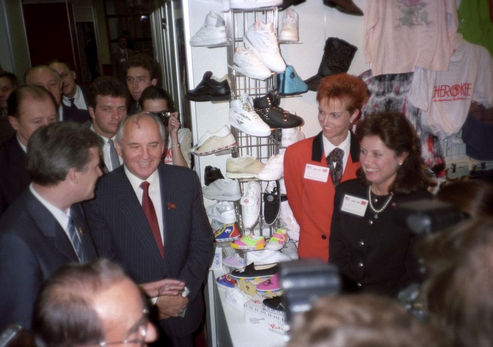 Il Segretario generale del PCUS Mikhail Gorbaciov alla mostra di tecnologie USA-89 - le possibilità di cooperazione commerciale.