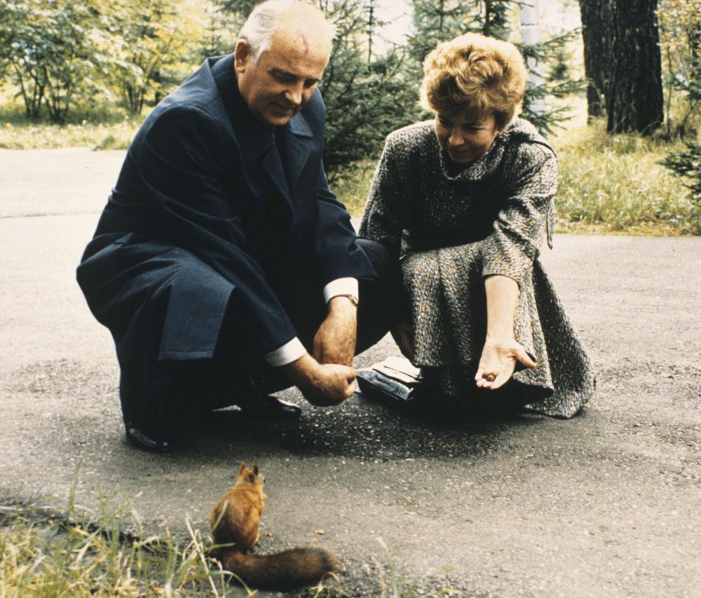 Il Segretario generale del PCUS Mikhail Gorbaciov con sua moglie Raisa nel Territorio di Krasnojarsk nel 1988.