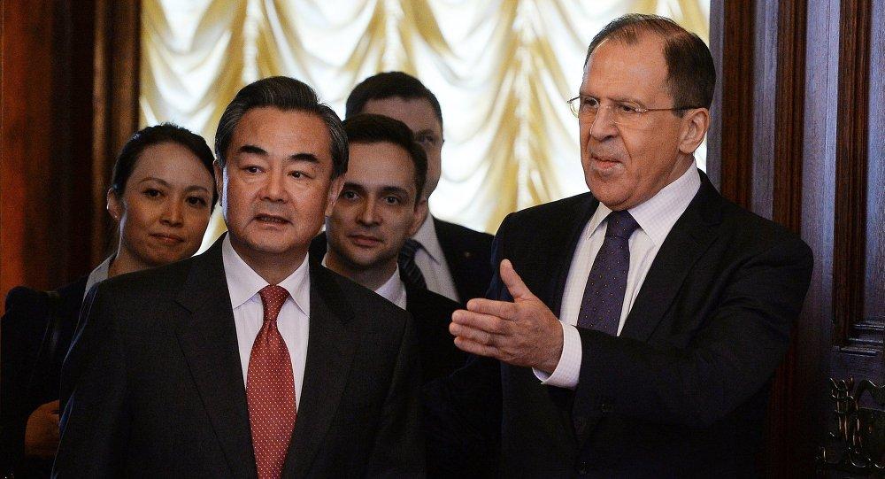 Ministro degli Esteri Sergej Lavrov con omologo cinese Wang Yi