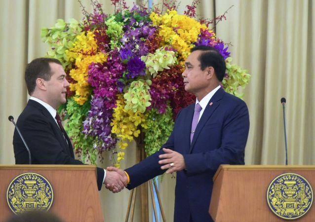 Primo ministro della Rusisia Dmitry Medvedev con il suo omologo thailandese