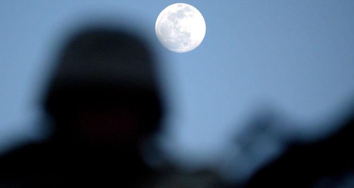Un uomo gurda alla luna