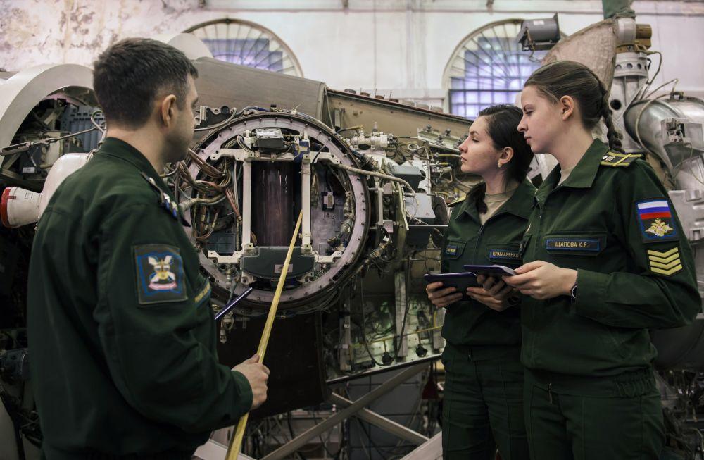 Ragazze allieve dell'Accademia militare delle Forze spaziali  di San Pietroburgo