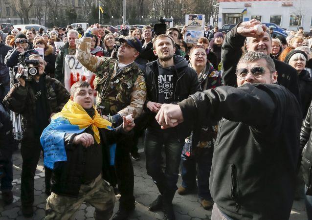 Nazionalisti ucraini presso l'Ambasciata russa a Kiev (foto d'archivio)