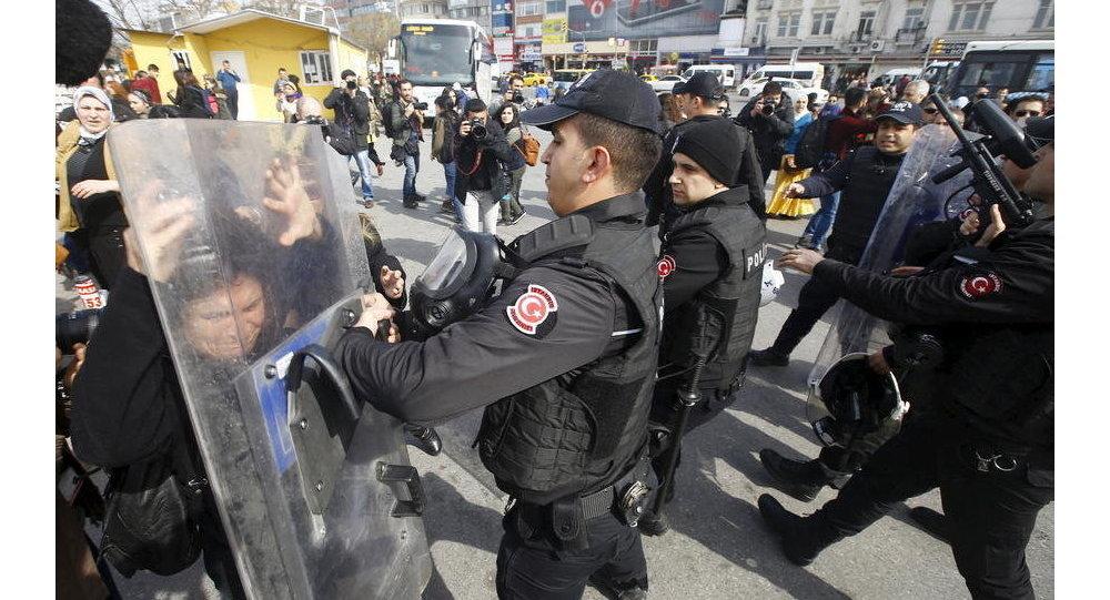 Repressione della polizia turca contro le donne