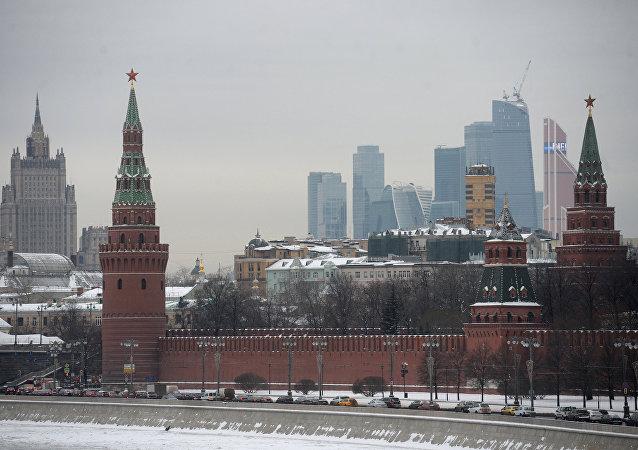 Cremlino di Mosca imbiancato dalla neve (foto d'archivio)