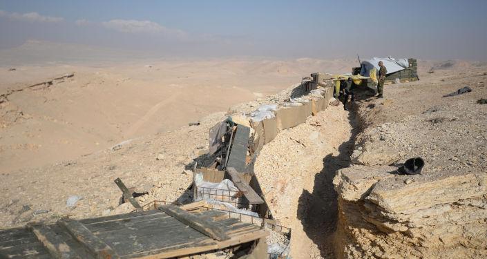 Trincea dell'esercito siriano nei pressi di Palmira
