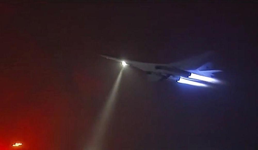 Bombardiere lstrategico supersonico russo Tu-160 in corso di un raid in Siria.