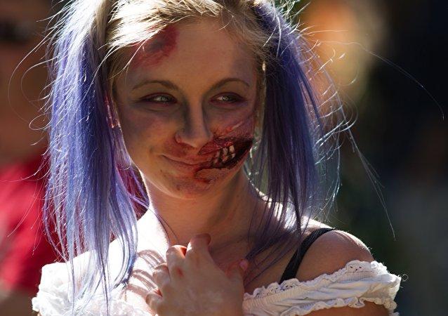 Una ragazza al festival Zombie Mob di San Pietroburgo