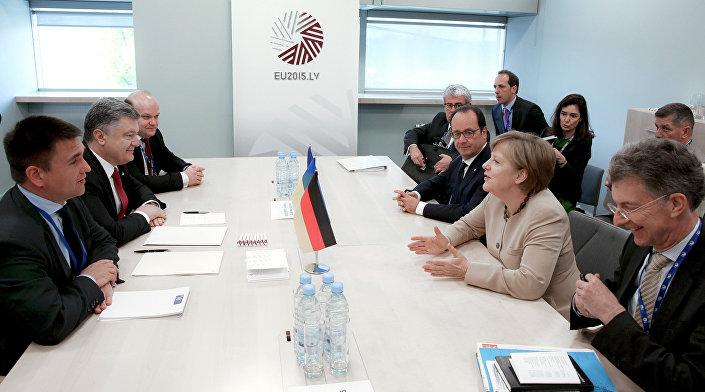 Il presidente ucraino Poroshenko a colloquio con Hollande e Merkel.