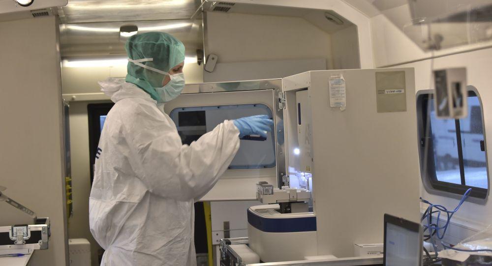 Un medico forense in laboratorio