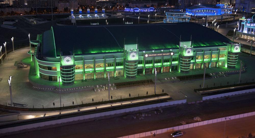 Veduta notturna del nuovissimo complesso olimpico di Ashgabat
