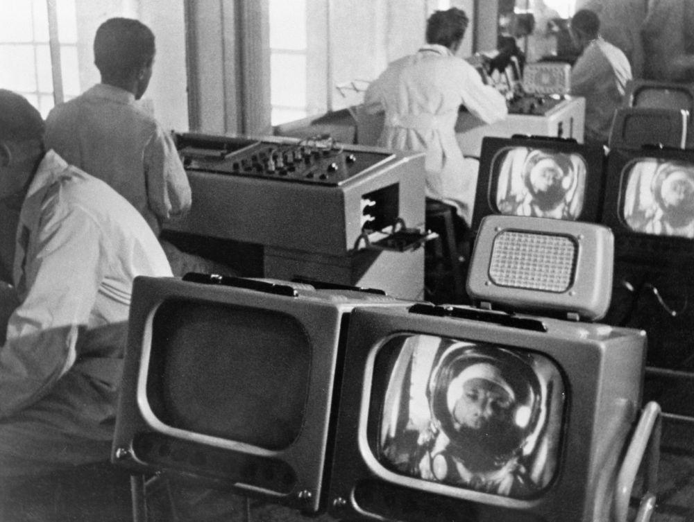 Da Terra i tecnici seguono il volo di Yuri Gagarin.