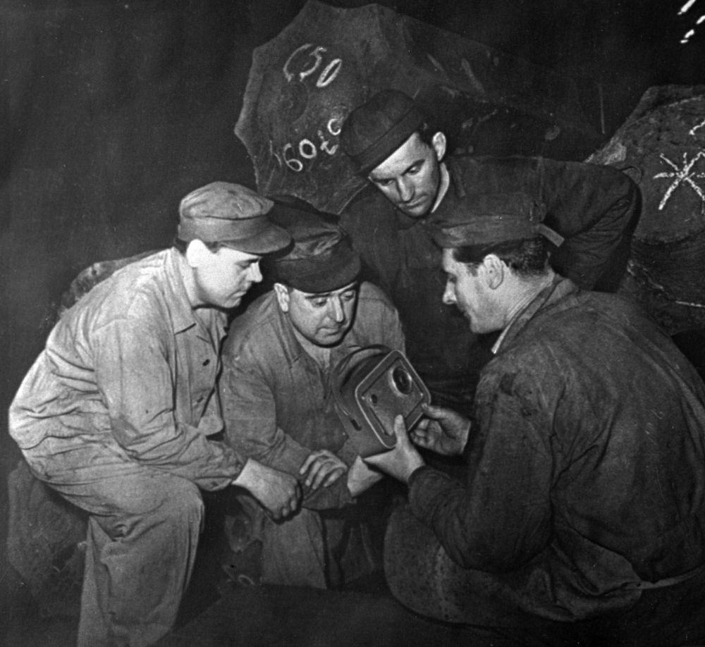 I lavoratori della fabbrica CHKD ascoltano alla radio la trasmissione del volo di Yuri Gagarin nello spazio.