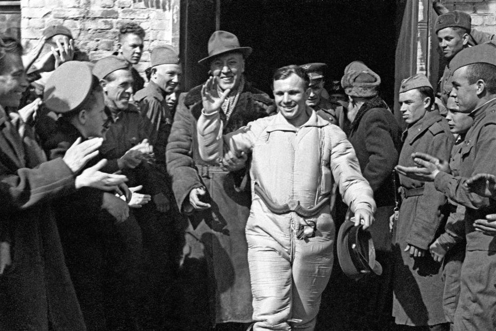 Yuri Gagarin dopo l'atterraggio.