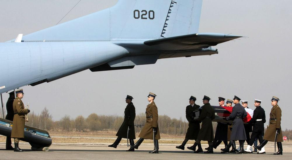 Il feretro del presidente polacco Lech Kaczynski viene caricato sull'aereo che lo riporterà in Polonia.