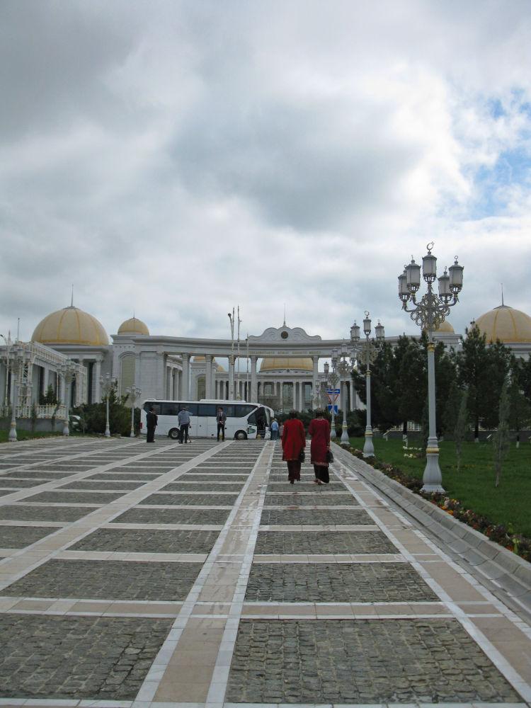 Ashgabat, studentesse a passeggio nel giardino del centro di Cultura Turkmeno