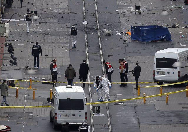Istanbul, polizia al lavoro sul luogo dell'attentato suicida