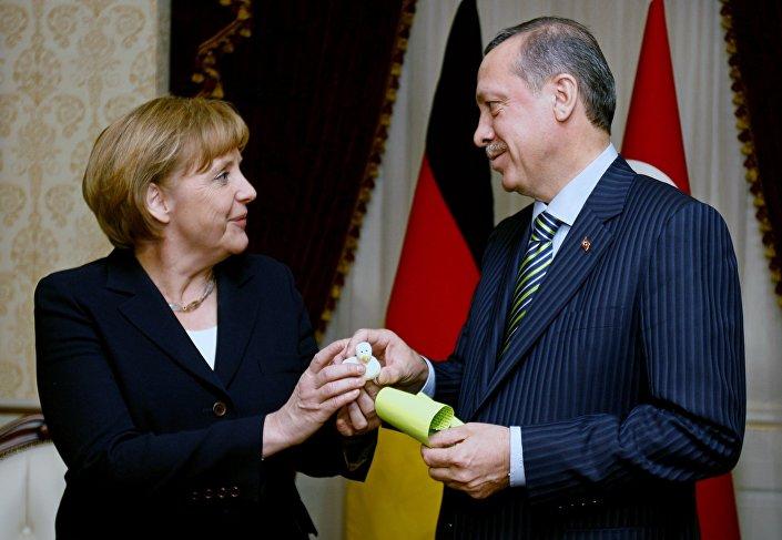 Angela Merkel e Recep Tayyip Erdogan si scambiano dei doni...alla Turchia i soldi, all'Europa?