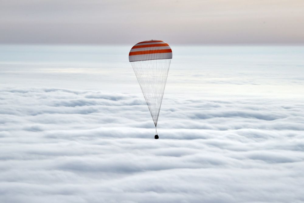 La capsula con i cosmonauti nel cielo sopra Kazakistan.