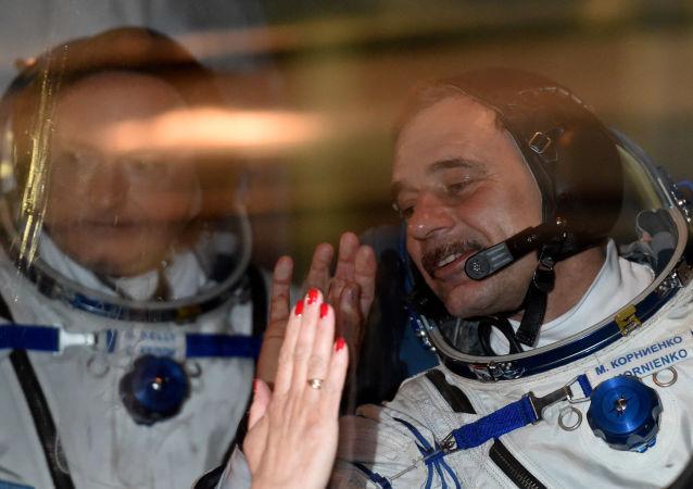 L'astronauta americano Scott Kelly e il cosmonauta russo Mikhail Kornienko a Baikonur prima della partenza il 27 marzo, 2015.