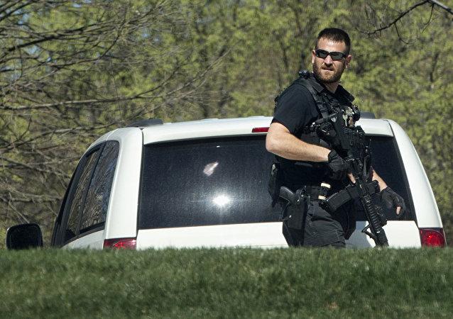 Agente della polizia statunitense al luogo della sparatoria vicino al Campidoglio, Washington