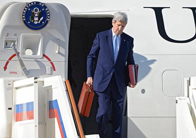 Il segretario di Stato John Kerry arriva a Mosca