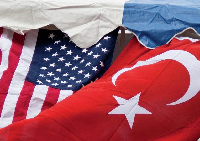 Le bandiere degli USA e della Turchia