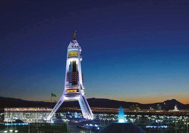 Ashgabat, il monumento alla neutralità del Turkmenistan