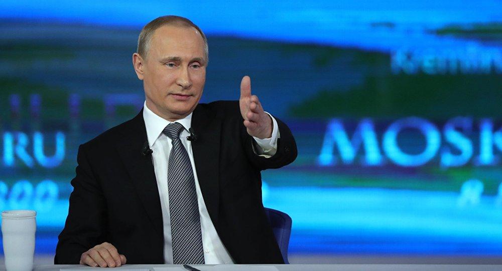 Un momento della linea diretta del presidente Putin