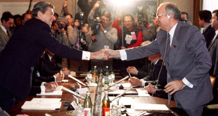 Il Segretario Generale del Partito communista sovietico Michail Gorbaciov e il Presidente americano Ronald Reagan