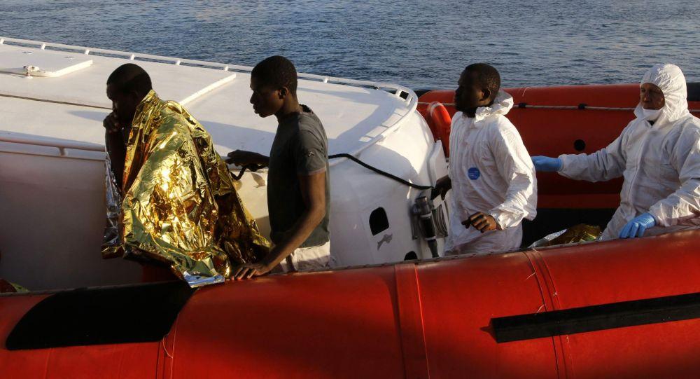 Migranti dopo lo sbarco al porto di Lampedusa.