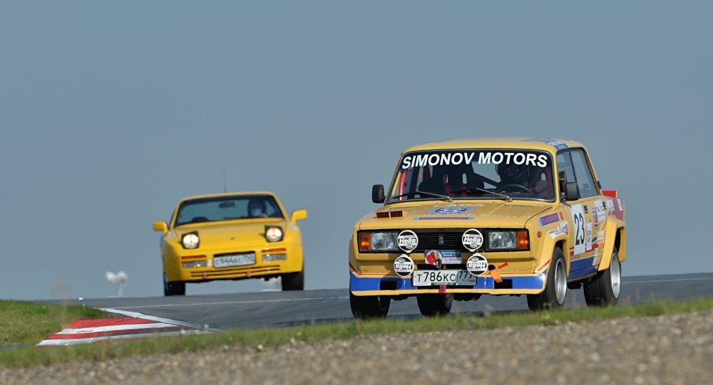 Un Gran Premio di auto d'epoca, la Fiat-124/Zhiguli si difende bene