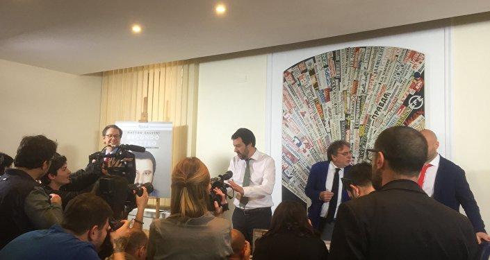 Matteo Salvini risponde alle domande dei giornalisti