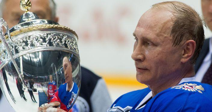 Putin hockeysta per una sera
