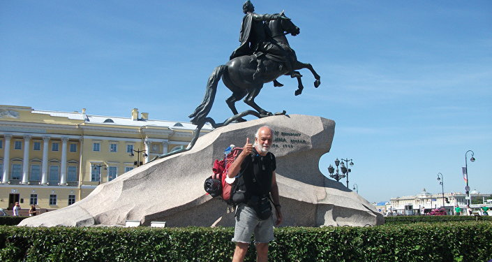 Pier Luigi Delvigo di fronte al cavaliere di bronzo, un monumento dedicato a Pietro I il Grande, San Pietroburgo