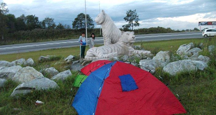 Un monumento dedicato alle tigri siberiane dietro la tenda di Delvigo all'entrata di Vladivostok