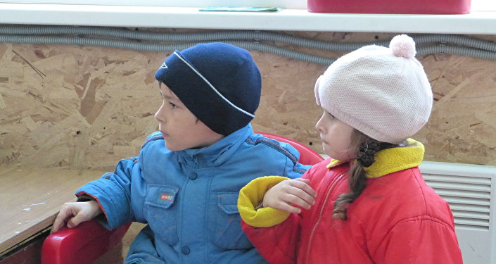 bambini guardano i cartoni, campo profughi Rostov