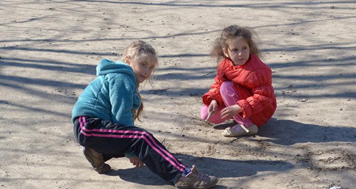 bambini giocano, campo profughi Rostov
