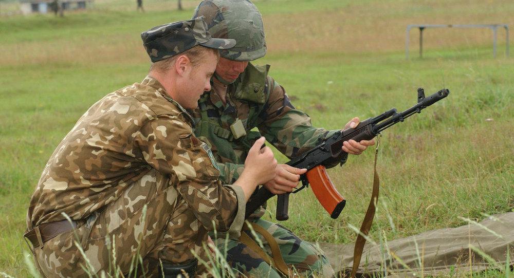 Ufficiale ucraino con soldato USA