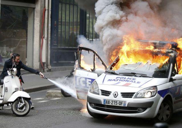 Disordini a Parigi durante manifestazione contro riforma lavoro: macchina polizia in fiamme