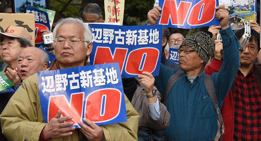 Manifestanti contro la base militare americana ad Okinawa (foto d'archivio)